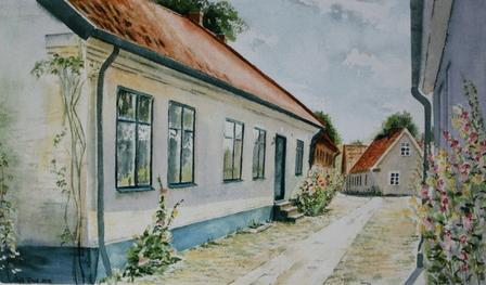 Gamlebygränd med vitt putsat hus